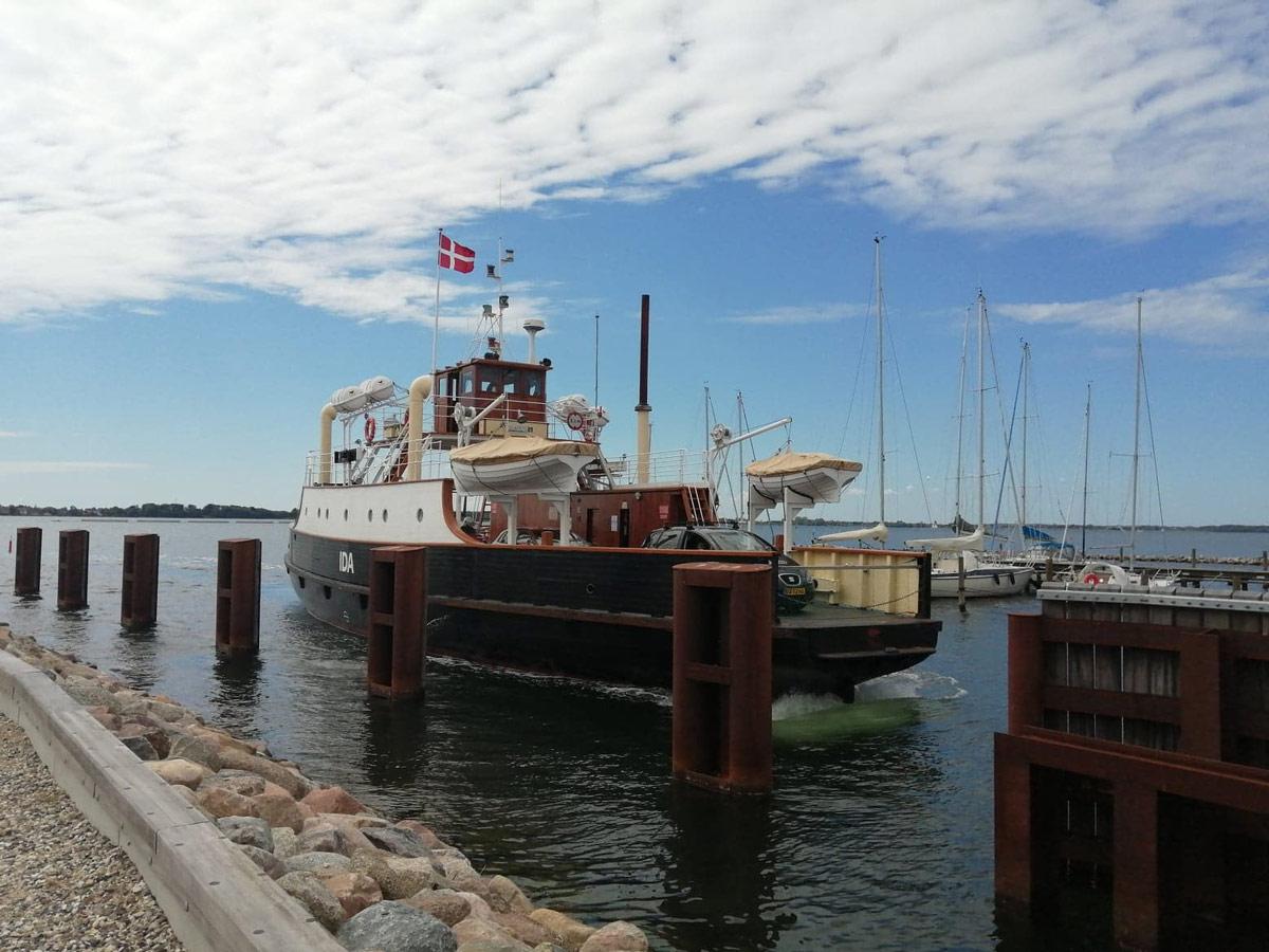 Bogø-Havn-pinselørdag--Færgen-Ida-på-vej-til-Stubbekøbing