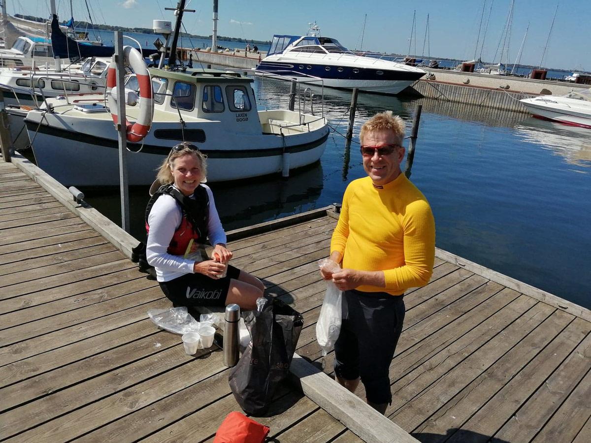 Bogø-Havn-pinselørdag--Mads-og-Sus-fra-Mårum-i-kajak