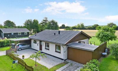 Præstø sommerhus flot beliggenhed Velholdt fritidshus med udsigt til marker