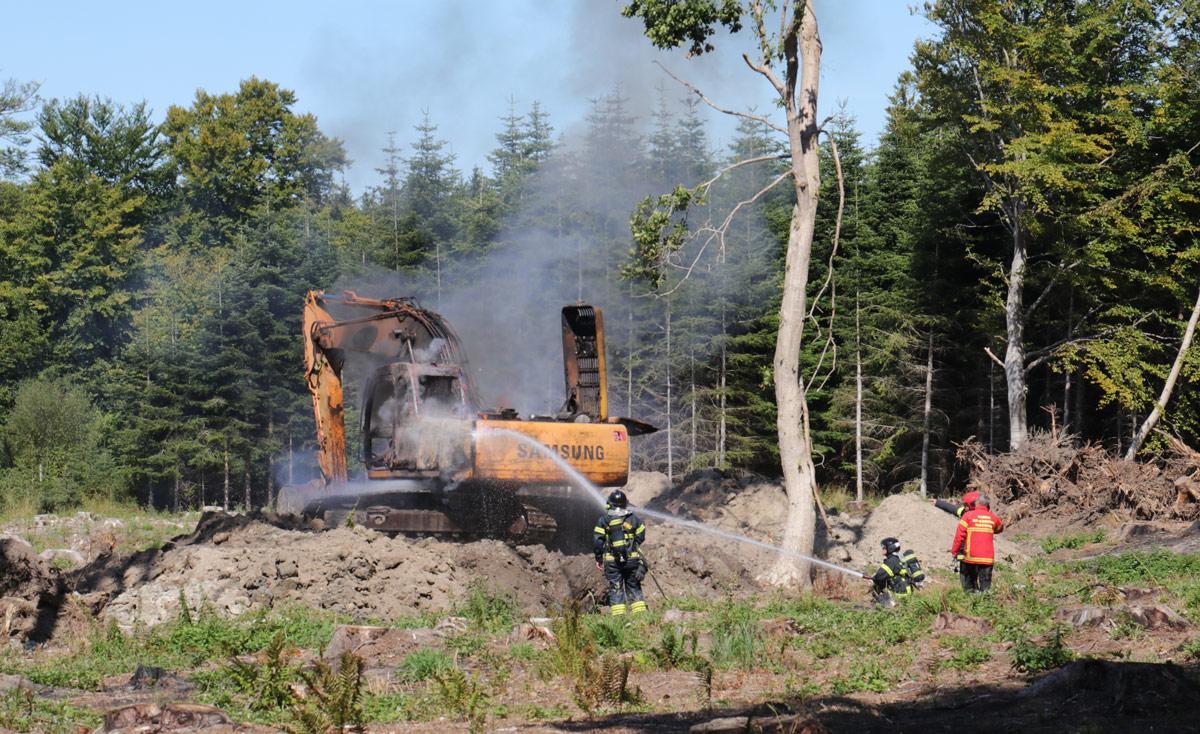 Brand-i-gravemaskine-i-skov-ved-Mern-indsatsleder-Knud-Døssing-IMG_7241